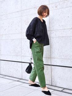 黒ブラウスにカーキチノパンツを履いた女性 in 2020 Hijab Office, Uniqlo Style, Simple Wardrobe, Tokyo Street Style, Cool Style, My Style, Colored Pants, Simple Outfits, Fashion Outfits