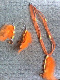 imádni való élénk narancs színű tollas szett.