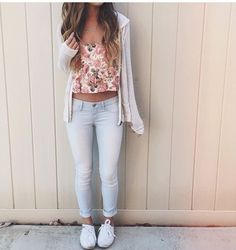 Imagen vía We Heart It https://weheartit.com/entry/162305351/via/1063213 #cool #cute #fashion #girl #hair #jeans #sweet