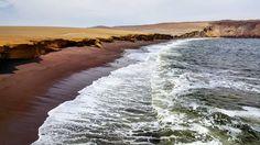 Essa praia que é parte da Reserva Nacional de Paracas é chamada de Playa Roja. Dá pra imaginar o porque? #viagemprimata #PrimataNoPeru #Paracas by viagemprimata