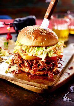 Das mit Lebkuchengewürz verfeinerte Hirschfleisch für den Burger schmort im Ofen, bis es fast zerfällt.