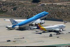 Impresionante imagen de un 747 despegando sobre otro