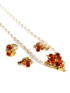 Ringweite: 55. Halsweite: ca. 47 cm. Länge Ohrringe: ca. 3 cm. Länge Mittelstück: ca. 4,7 cm. Gewicht (ohne Perlen): ca. 45,1 g. GG 750. Modernes Set aus...