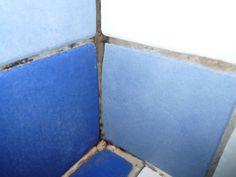 Enlever la moisissure naturellement et efficacement La solution est donc d'utiliser un vaporisateur avec un mélange de vinaigre blanc et d'huiles essentielles. Vous vaporiserez tous les jours, après votre douche par exemple. Cela évitera la formation de moisissures et en plus éliminera les dépôts de tartre. Vous pouvez aussi utiliser du percarbonate de soude, agent blanchissant, qui se révèle aussi efficace sur les moisissures. Il suffit de frotter avec une éponge mouillée et un peu de…