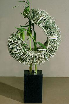 The simplicity of this design makes it especially striking. Arrangements Ikebana, Unique Flower Arrangements, Ikebana Flower Arrangement, Unique Flowers, Flower Centerpieces, Tall Centerpiece, Wedding Centerpieces, Art Floral, Floral Event Design