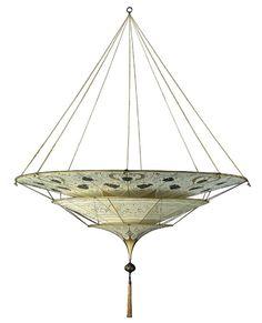 A Fortvny, empresa italiana fundada de 1907, não se pretende lançadora de tendências, mas chama a atenção pela beleza das peças clássicas que produz em vidro ou seda (como a da foto)