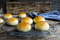 Gode og søte glutenfri boller med kardemomme. Oppskriften kan også brukes som grunndeig til skoleboller og kanelsnurrer uten gluten.