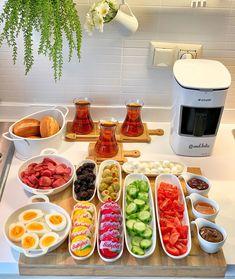 Breakfast Presentation, Food Presentation, Breakfast Platter, Breakfast Recipes, Fest Des Fastenbrechens, Cooking Recipes, Healthy Recipes, Food Platters, Food Decoration