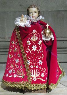 La statuette de l'Enfant Jésus en cire, revêtue de tenues brodées par des fidèles en signe d'action de grâce, serait originaire d'Espagne. Apportée à Prague en 1620, elle a été offerte aux Carmélites.    Elle a servi de support à la dévotion envers l'enfance du Christ et a été accompagnée de nombreux faits miraculeux.    Une chapelle conçue pour abriter la statue a été inaugurée le 14 janvier 1644, fête du Saint Nom de Jésus