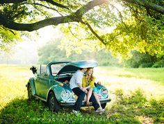 A blue VW beetle, pretty colors and a sweet couple - we are so excited. (images: Squaresville Studios) (in German) Wedding Fotos, Wedding Photoshoot, Engagement Session, Engagement Photos, Vw Cabrio, Vw Vintage, Vw Beetles, Beetle Bug, Cute Cars