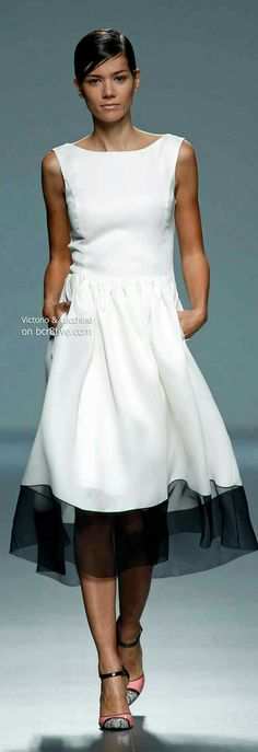 Victorio & Lucchino Spring 2014 Madrid - this is a nice summer evening dress White Fashion, Look Fashion, Runway Fashion, Womens Fashion, Fashion Design, Fashion Spring, Dress Fashion, Trendy Fashion, Looks Style