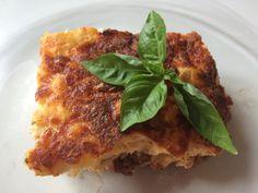 En veldig lett oppskrift på Moussaka og den smaker fantastisk godt. Jeg serverte denne med en salat og hvitløks baguetter til :) (4 personer) 400 gr kjøttdeig 1 stk aubergin 1/2 ts salt Olivenolje … Moussaka, Baguette, Lasagna, Av, Ethnic Recipes, Drink, Food, Eggplant, You're Welcome