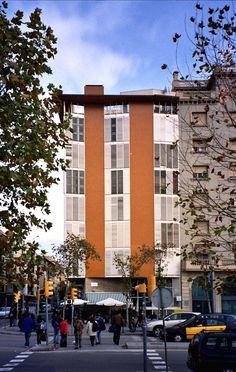 J.A.Coderch, Viviendas en La Barceloneta, 1951 Spanish Architecture, Classic Architecture, Facade Architecture, Places Around The World, Around The Worlds, Le Corbusier, Multi Story Building, 1984, House
