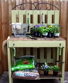 Find and save 35 diy pallet gardening table ideas on Decoratorist. See more about diy pallet garden table. Pallet Potting Bench, Potting Tables, Pallet Crates, Old Pallets, Pallets Garden, Wooden Pallets, Diy Pallet, Pallet Ideas, Free Pallets
