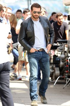 Bradley Cooper's 10 Best Bro Style Moments - GQ Rugged Style, Style Casual, Men Casual, Style Outfits, Casual Outfits, Fashion Outfits, Bradley Cooper Hair, Day Drinking Outfit, Outfits Hombre