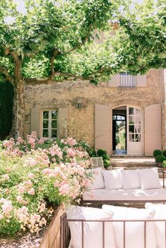 Home exterior country provence france Ideas Provence Garden, Provence France, Provence Style, French Country House, French Farmhouse, French Cottage, Outdoor Spaces, Outdoor Living, French Countryside