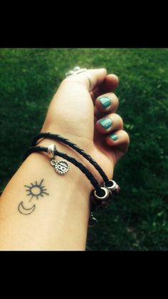I love the sun/moon tattoos. This one's so simplistic. Very pretty :)