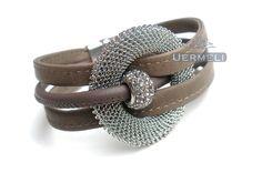 *Die perfekte Verbindung aus Eleganz und Lässigkeit vereint dieses Armband aus feinem Nappaleder. Gearbeitet aus 3 Strängen Leder in der Farbe Tau...