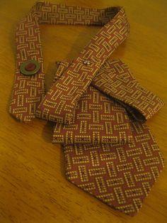 Upcycled Krawatte Halskette ein Spaß mit abstrakten Muster in wunderschönen Burgund und Gold...  Ein man einer Art einzigartige Schöpfung geben einer alten Krawatte ein neues Leben - sorgfältig gefaltet und Handstitched in einem Design und dann mit nur zwei sorgfältig ausgewählte Schaltfläche ausgewählt für ihre perfekte Farb-Match und positioniert, um fast zu schauen, wie es das gesamte Design zusammen hält. Eine lustige Zusammenfassung gedruckt aus Polyester Krawatte in einem wunderschönen…