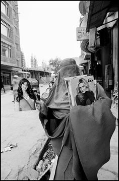 Larry Towell, Woman selling glamour magazines, Kabul, Afghanistan, 2010 © Larry Towell / Magnum Photos