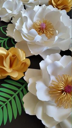 Paper roses, paper flower templates, paper flower SVG cut files for Cricut, printable flower templatesLearn how to make large paper roses with these paper rose templates. Use these SVG cut files for paper flowers with Big Paper Flowers, Paper Flowers Craft, Paper Flowers Wedding, Crepe Paper Flowers Tutorial, Paper Flower Backdrop, Flower Crafts, Diy Flowers, Flower Svg, Diy Papier