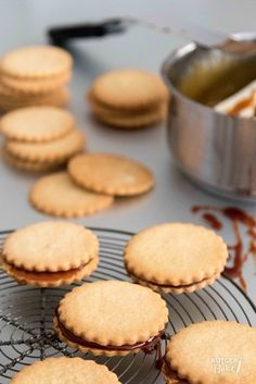 / Recipe: Cookies with syrup filling Crispy Cookies, No Bake Cookies, Cupcake Cookies, No Bake Cake, Baking Cookies, Cupcakes, Dutch Recipes, Sweet Recipes, Baking Recipes
