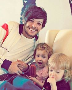 Yesterday was the beautiful twins Doris and Ernest Deakin Birthdays! They turned 5 years old. They celebrated with Lottie Phoebe Daisy Holly and other family members at home. We want to wish them a very happy birthday! Louis Tomlinsom, Louis And Harry, Louis Tomlinson Sisters, Louis Tomlinson Family, Bon Point, Louis Williams, I Love One Direction, Light Of My Life, 1d And 5sos