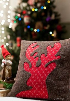 reverse applique reindeer pillow love the colour combination. Great idea for designs. Other animal or other holiday design like Easter Bunny or Christmas tree Christmas Sewing, Noel Christmas, Christmas Projects, Winter Christmas, Holiday Crafts, Christmas Ornaments, Reindeer Christmas, Handmade Christmas, Christmas Cushions