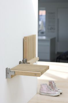 Wall mounted FOLDING SEAT / STOOL furniture design by Niels Hvass, excellent! Especially in small, narrow spaces. Many more pieces (Klappsitz - idealer Folding Furniture, Smart Furniture, Space Saving Furniture, Furniture Design, Barbie Furniture, Furniture Legs, Garden Furniture, Furniture Dolly, Multipurpose Furniture