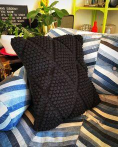 """Meri Weckman sanoo Instagramissa: """"Virkattu tyynynpäällinen, toinen puoli ylijäämä verhoilunahkaa. 🖤🖤🖤 #kotimaistakäsityötä #suomalaistakäsityötä #virkkaus #virkkaushullu…"""" Throw Pillows, Bed, Instagram, Toss Pillows, Cushions, Stream Bed, Decorative Pillows, Beds, Decor Pillows"""