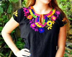 Blusa Mexicana Color Negro Flores Bordada a Mano / por FlorDeKahlo Mexican Fashion, Mexican Outfit, Mexican Dresses, Hand Embroidery Dress, Embroidery Fashion, Embroidered Blouse, Traditional Mexican Shirts, Colorful Fashion, Boho Fashion