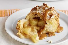 Delight the whole family with one of our apple dessert recipes! Kraft Recipes offers pies, cakes, cupcakes and many other apple dessert recipes. Apple Dessert Recipes, Apple Recipes, Just Desserts, Delicious Desserts, Breakfast Recipes, Caramel Apple Bombs, Caramel Apples, Fondant Au Caramel, Crescent Roll Recipes