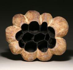 sculpture céramique abstraite : Judit Varga, gousses, 2013, mat, noir-blanc, alvéoles, femme artiste hongroise