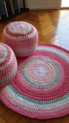 Free Crochet Pattern for a Round Carpet Rug Mandala Au Crochet, Crochet Pouf, Crochet Carpet, Crochet Cushions, Crochet Pillow, Cute Crochet, Crochet Home Decor, Crochet Crafts, Crochet Projects