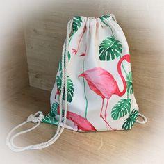 Dieser trendige Beutel darf in euerer Sammlung nicht fehlen! Mit den coolen Flamingos ist er ein richtiger Eye-Catcher und bietet außerdem genug Platz für all eure Sachen! Drawstring Backpack, Backpacks, Bags, Fashion, Light Scarves, Right Guy, Cinch Bag, Handbags, Moda