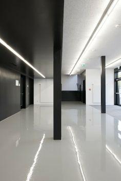 white epoxy floors; black ceiling _Interims Audimax / Deubzer Konig & Rimmel Architekten