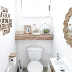 Toilettes : 36 idées pour soigner vos petits coins Small Downstairs Toilet, Small Toilet Room, Downstairs Bathroom, Small Toilet Decor, Master Bathroom, Scandinavian Toilets, Design Scandinavian, Toilet Room Decor, Bathroom Ornaments