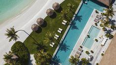 Ithaafushi, a mais nova ilha particular das Maldivas, já está disponível para turistas. Pela quantia de 80 mil dólares (R$ 421 mil) por noite, até 24 hóspedes poderão curtir praia, piscina infinita, jacuzzi, menu personalizado, passeios de iate e muito mais.  Ithaafushi, a mais nova ilha particular das Maldivas (Foto: Divulgação/Waldorf Astoria)    Em seus 32 mil metros quadrados, a ilha conta com três edifíci