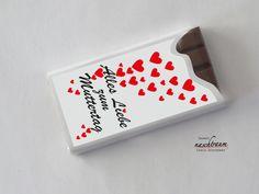 Die 10 kleinen Tafeln mit zart schmelzender Muttertags-Schokolade sind als Geschenk für die Mutter, die Schwiegermutter und die Ehefrau bestens geeignet. Die Aufkleber auf der Verpackung sind individuell personalisierbar.