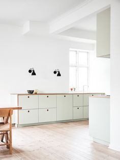 Inspiration: Strindbergsvej in Valby, Denmark Reform's Basis kitchen design in linoleum in color 'Pistachio' with natural oak handles and edges. It's an IKEA hack. Interior Design Kitchen, Home Decor Inspiration, House Interior, Kitchen Interior, Home Remodeling, Home, Minimalist Home Interior, Home Decor Accessories, Home Decor