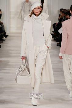 В последний день Недели моды в Нью-Йорке свою осенне-зимнюю коллекцию женской одежды представил дизайнер Ralph Lauren. Ее общая концепция - это женственные элегантные силуэты, нежная пастельная цветовая гамма и роскошные ткани