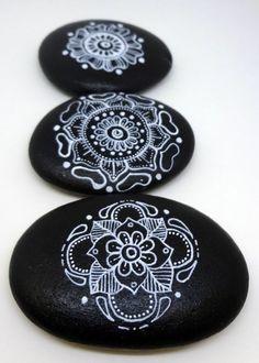 schwarz weiß Mandala Basteln mit Steinen