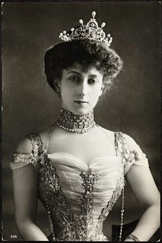 Queen Maud of Norway wearing the large and impressive diamond and pear-shaped pearl tiara she was given as a wedding present. Photo around the time of her Coronation