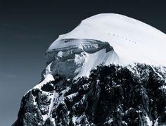 Prachtige foto van wandelaars op besneeuwde bergen