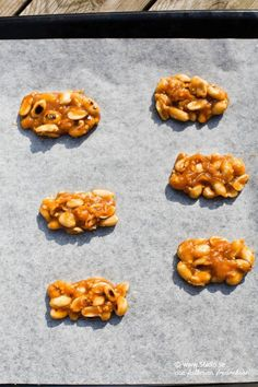 Här kommer ett grymt gott, lite nytigare godis till er som liksom jag älskar jordnötter! Godiset kan göras helt mejerifritt genom att använda kokosgräde (det hade jag) och sötningen bestämmer ni själv vad ni vill ha! (Honung måste det dock vara i receptet annars blir inte konsistensen bra) Näringsvärdena hittar ni längst ner i receptkortet. […]