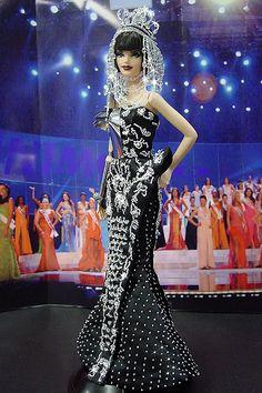 Miss Gibraltar - Christian Dior 2006 - Otoño invierno , Long White Hair, Light Pink Hair, Dark Purple Hair, Long Layered Hair, Pink Hair Highlights, Colored Highlights, Silver Sequin Skirt, Sequin Dress, Curly Hair Updo Tutorial