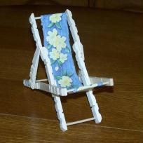 Beach chair in Diy Barbie Furniture, Fairy Furniture, Popsicle Stick Crafts, Craft Stick Crafts, Diy Home Crafts, Easy Diy Crafts, Washing Pegs, Ostergeschenk Diy, Bowling Ball Art