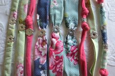 9 pulseras de tela, formas y colores diferentes de Aleguri Aleguri por DaWanda.com