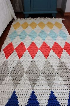Ravelry: Crocheted diamond rug pattern by Pirjo M Diy Crochet Rug, Knit Rug, Crochet Rug Patterns, Crochet Carpet, Manta Crochet, Tapestry Crochet, Crochet Home, Diy Carpet, Rugs On Carpet