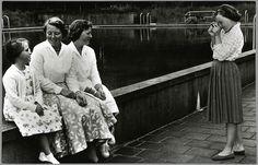 1956 Prinses Margriet fotografeert haar zussen Marijke, Beatrix en Irene aan de rand van het zwembad